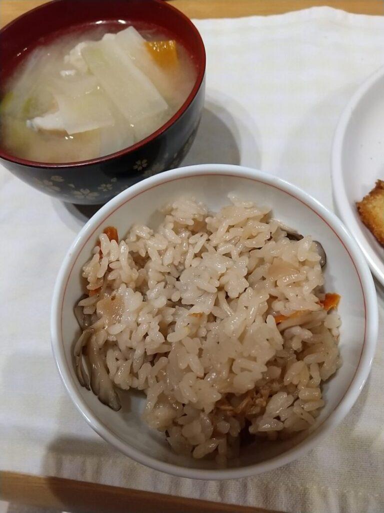 トップバリュ鶏五目釜飯と味噌汁